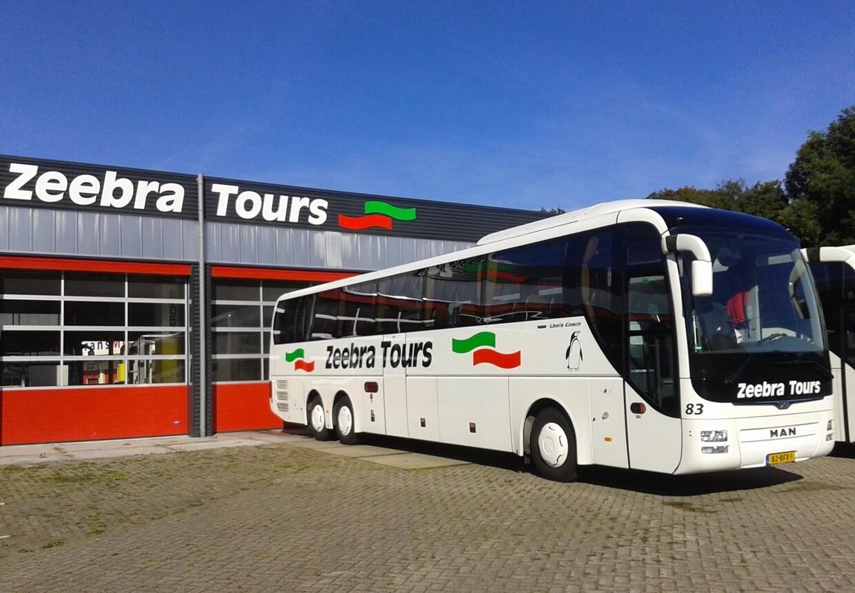 Bus van Zeebra Tours voor de garage in Bergen op Zoom
